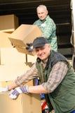 pudełkowata kartonowa doręczeniowego mężczyzna wnioskodawcy usługa Zdjęcie Stock