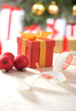 pudełkowatego prezenta złocisty czerwony faborek Obraz Stock