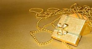 pudełkowatego prezenta złoty faborek Zdjęcie Stock