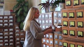 pudełkowatej gabinetowej karcianego katalogu pojęcia baza danych kartoteki ręki ludzka biblioteka otwiera rocznika Ludzka ręka ot zbiory