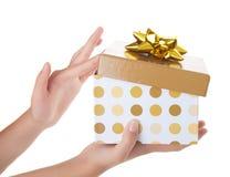 pudełkowatej prezenta dziewczyny złoci potomstwa zdjęcie royalty free