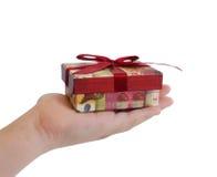 pudełkowaty dziecka prezenta ręki mienia czerwieni faborek Fotografia Stock