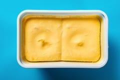 Pude?ko mangowy smaku lody na b??kitnym tle obrazy stock