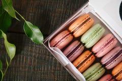 pudełkowaci kolorowi macaroons Zdjęcia Stock