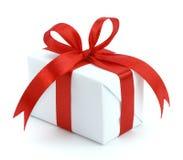 pudełkowatego prezenta czerwony tasiemkowy biel Zdjęcia Royalty Free