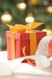 pudełkowatego prezenta czerwony tasiemkowy przejrzysty biel Obraz Stock