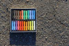 Pudełko kolorowe kredki, kreda na asfalcie Zdjęcie Stock