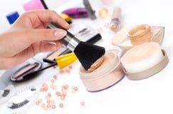 Puder mit kosmetischem Pinsel Lizenzfreies Stockfoto