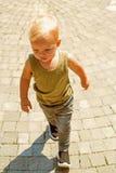 Pudiendo dar buen cuidado de niños illusytration con las nubes, el sol y el cochecillo Pequeño bebé en cuidado de día Poco paseo  imagen de archivo