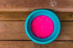 Pudim cor-de-rosa em uma bacia azul fotos de stock
