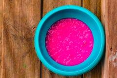Pudim cor-de-rosa em uma bacia azul fotografia de stock royalty free