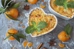 Pudim cozido do requeijão com canela e tangerinas Fotografia de Stock Royalty Free