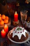 Pudim cozinhado inglês tradicional do Natal com bagas do inverno, frutos secados, porca no ajuste festivo com árvore do Xmas, Ca  fotografia de stock royalty free