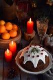Pudim cozinhado inglês tradicional do Natal com bagas do inverno, frutos secados, porca no ajuste festivo com árvore do Xmas e bu imagens de stock