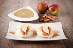 Pudim de arroz com molho da canela e de maçã Imagem de Stock Royalty Free