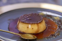 Pudim de creme do caramelo com molho do caramelo fotos de stock