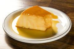 Pudim de Leite - torta de fruta brasileira feita com leite e mil. condensado fotos de stock