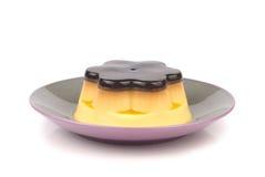 Pudim delicioso isolado do ovo no prato Foto de Stock Royalty Free