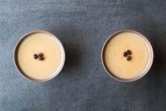 Pudim do café turco com os feijões de café servidos em umas bacias prontos para comer Imagens de Stock