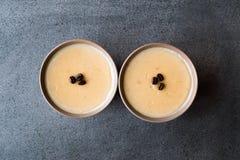 Pudim do café turco com os feijões de café servidos em umas bacias prontos para comer Fotografia de Stock Royalty Free