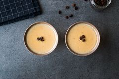 Pudim do café turco com os feijões de café servidos em umas bacias prontos para comer Imagens de Stock Royalty Free
