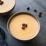 Pudim do café turco com os feijões de café servidos em umas bacias prontos para comer Fotografia de Stock