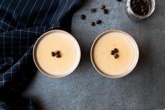 Pudim do café turco com os feijões de café servidos em umas bacias prontos para comer Imagem de Stock Royalty Free