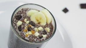 Pudim do chia do chocolate no vidro em uma tabela branca Café da manhã saudável do vegetariano foto de stock