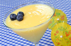 Pudim do limão com uvas-do-monte Foto de Stock