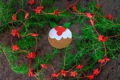 Pudim feito a mão da decoração do Natal do feltro com estrelas vermelhas Imagem de Stock