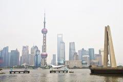 Pudong en Monument aan de Helden van Volkeren stock fotografie