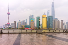 Pudong gränsmärken efter regnig dag arkivbild