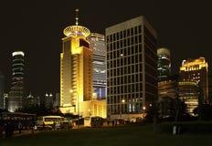 Pudong in Shanghai nachts lizenzfreie stockbilder