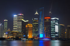 Pudongs horisont på natten, Shanghai Fotografering för Bildbyråer