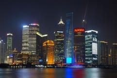 Pudongs horisont på natten, Shanghai Royaltyfria Bilder