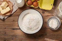 Pudra i bunke med ingredienser för att laga mat bageriprodukter Royaltyfri Foto
