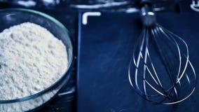 Pudra och vifta för att laga mat mat och att laga mat för kvinnor Kvinna` s Arkivbilder