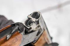 Pudra rök från ett öppet gevär, när du laddar upp fotografering för bildbyråer
