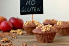 Pudrar fria muffin för gluten från bovete, äpplet, cinnamonandvalnötter på brun träbakgrund med indexkortet med text ingen glute Fotografering för Bildbyråer