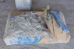 Pudrat cement i påsar på avbrottet Arkivbild