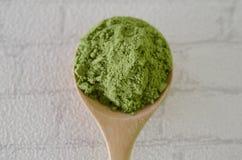 Pudrat grönt te för matcha Arkivbilder