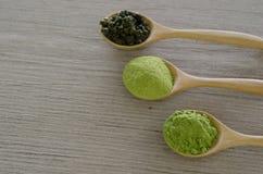 Pudrat grönt te för matcha Arkivfoton