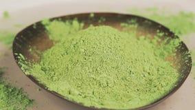 Pudrat grönt te för matcha, selektiv fokus stock video