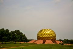 Puducherry Indien - September 30, 2017: 'Mantrimandir ', en meditationmitt i Auroville, Puducherry, Indien arkivbild