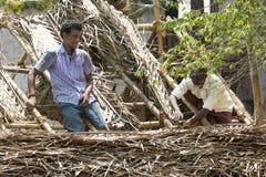 PUDUCHERY, PONDICHERY,泰米尔纳德邦,印度- 3月大约, 2018年 两名未认出的wmen工作者在屋顶建筑被雇用 库存照片
