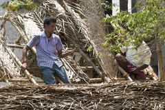 PUDUCHERY, PONDICHERY,泰米尔纳德邦,印度- 3月大约, 2018年 两名未认出的wmen工作者在屋顶建筑被雇用 库存图片