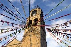 PUEBLA DE SANABRIA, SPANJE - AUGUSTUS 12, 2017: mening van de kerk van Puebla DE Sanabria met de mevieval marktdecoratie stock afbeelding
