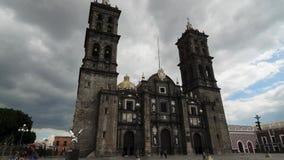 PUEBLA, MÉXICO, EL 15 DE OCTUBRE DE 2015: Vista al timelapse de la catedral de Puebla almacen de video