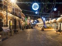 Puebla, México, Suramérica [ciudad de Puebla en la noche, la calle y la iglesia adornadas con las luces] imágenes de archivo libres de regalías