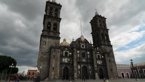PUEBLA, MEXICO, 15 OKTOBER, 2015: Mening aan de Kathedraal van Puebla timelapse stock video